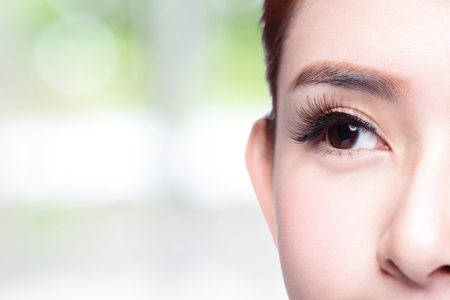 ojos marrones: Ojo de la mujer hermosa con largas pestañas. modelo asiático