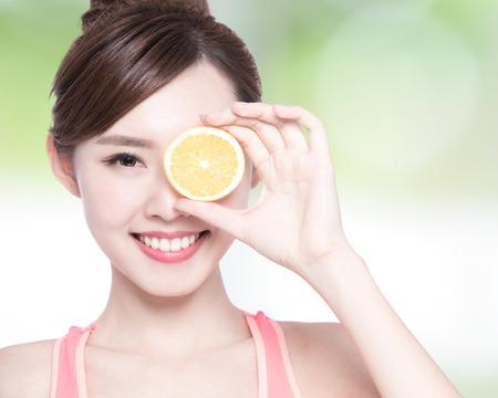 limon: Demostración de la mujer feliz en beneficio de naranja a la salud, belleza asiática