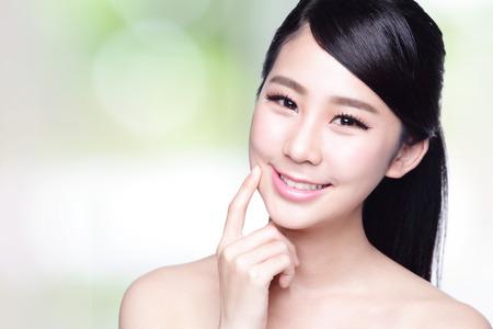 아름다움: 건강 치아와 아름 다운 여자 자연 녹색 배경 당신에게 미소. 아시아 아름다움 스톡 콘텐츠