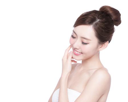 szépség: Gyönyörű bőrápolás nő kényelméről elszigetelt fehér háttérrel. ázsiai szépség