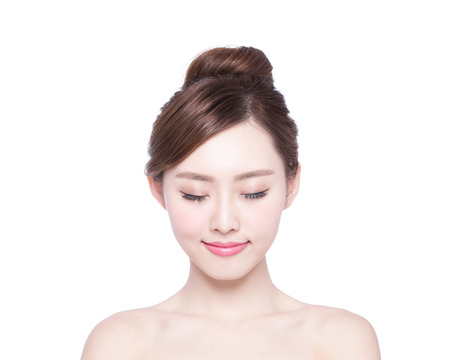 caras: Hermosa mujer cuidado de la piel disfrutar y relajarse aislado en fondo blanco. Belleza asiática Foto de archivo