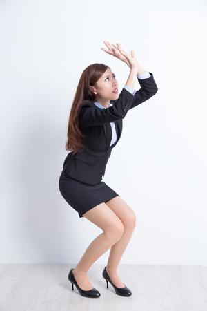 Mujer de negocios temen algo con pared blanca de fondo, perfecto para su diseño o texto, asiático Foto de archivo