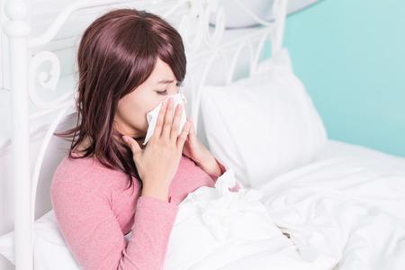 tosa: Mujer enferma estornudos en el tejido. La gripe y la mujer sorprendida en fr�o.
