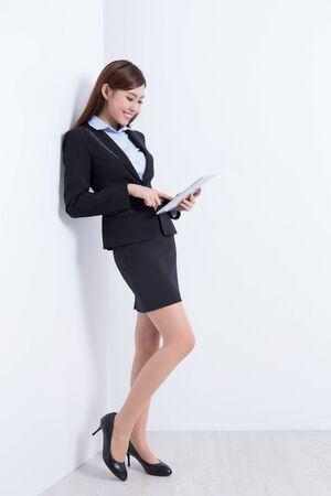 muralla china: mujer de negocios pared delgada y utilizar el PC tableta digital con el fondo de pared blanca, perfecto para su dise�o o texto, asi�tico
