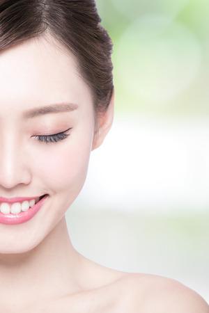 piel humana: Hermosa mujer cuidado de la piel disfrutar y relajarse con el fondo verde. Belleza asi�tica