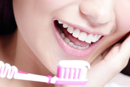 pasta dental: Primer plano de la sonrisa mujer de cepillarse los dientes. gran concepto de cuidado dental de la salud, belleza asiática
