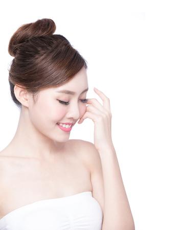 piel: Hermosa mujer cuidado de la piel relajarse y tocar su rostro de piel aislado en fondo blanco. Belleza asiática