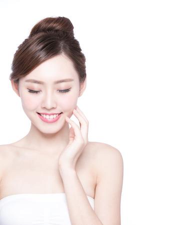 красота: Красивая женщина для ухода за кожей расслабиться и коснуться ее кожи лица, изолированных на белом фоне. азиатской красоты