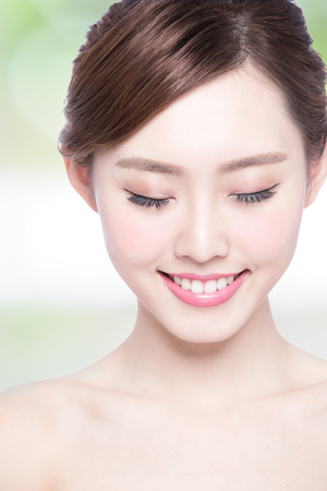 collo: Bella cura della pelle donna divertimento e relax con sfondo verde. Bellezza asiatico Archivio Fotografico