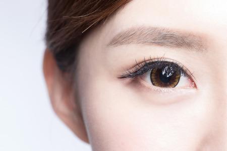 mujeres morenas: Ojo de la mujer hermosa con largas pestañas. modelo asiático