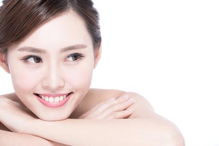 body expression: Cara de la mujer encantadora sonrisa a cerrar mientras yac�a sobre fondo blanco, asiatico