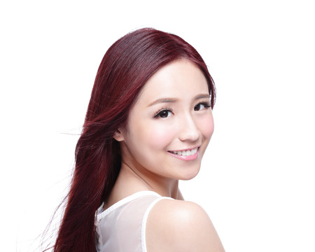 ni�as sonriendo: Mujer de la belleza con una sonrisa encantadora a usted con la piel de la salud, los dientes y el pelo aislado en fondo blanco, belleza asi�tica Foto de archivo