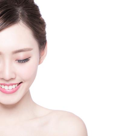 caras felices: Hermosa mujer cuidado de la piel disfrutar y relajarse aislado en fondo blanco. Belleza asiática Foto de archivo