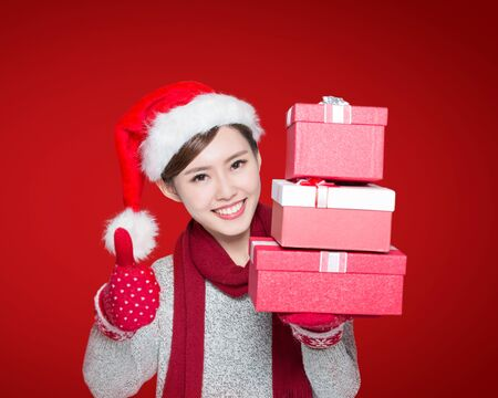 dar un regalo: Mujer feliz espectáculo de regalo de Navidad y dar pulgar arriba gesto, asiático Foto de archivo