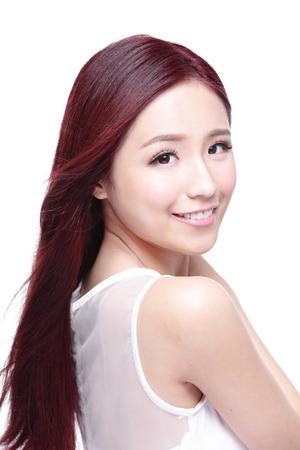 modelo: Mujer de la belleza con una sonrisa encantadora a usted con la piel de la salud, los dientes y el pelo aislado en fondo blanco, belleza asi�tica Foto de archivo