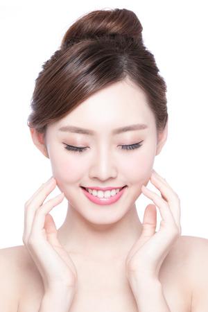 boca cerrada: Hermosa mujer cuidado de la piel relajarse y tocar su rostro de piel aislado en fondo blanco. Belleza asiática