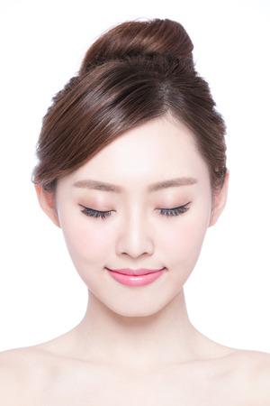 Schöne Haut Frau pflege genießen und entspannen auf weißem Hintergrund. asian Beauty