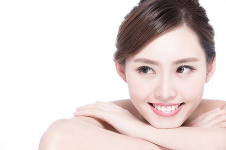 chicas sonriendo: Cara de la mujer encantadora sonrisa a cerrar mientras yacía sobre fondo blanco, asiatico