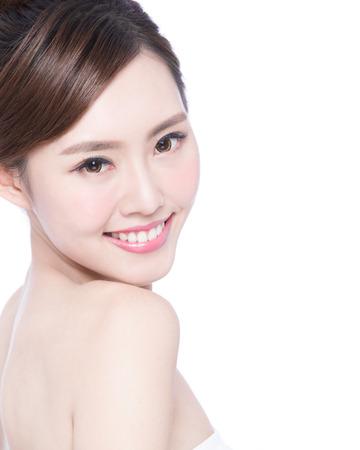 portrét: Krásná Péče o pleť žena tvář úsměv na vás na bílém pozadí. Asijské krásy