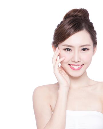 the neck: Bella cura di pelle donna faccia sorriso a voi isolato su sfondo bianco. Beauty asian Archivio Fotografico