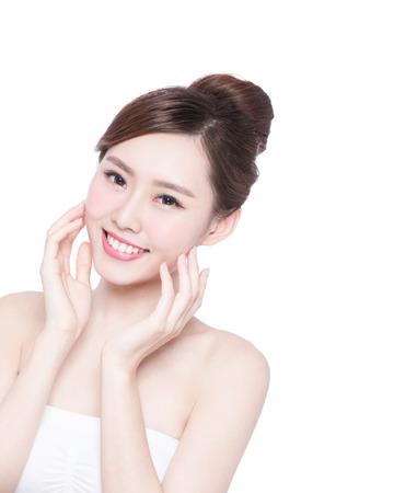 caras: Cuidado de piel hermoso mujer cara de la sonrisa a usted aislados sobre fondo blanco. Belleza asiática