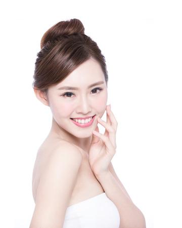 mujer bonita: Cuidado de piel hermoso mujer cara de la sonrisa a usted aislados sobre fondo blanco. Belleza asiática