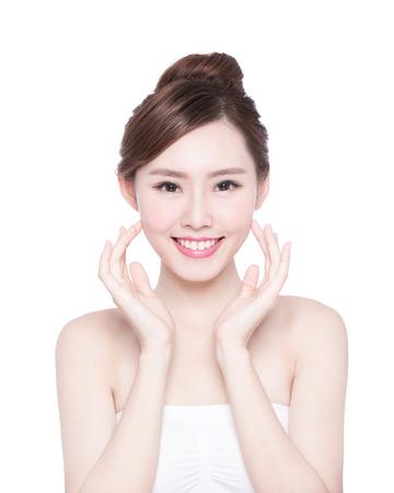 Schöne Hautpflege Frau Gesicht Lächeln an Sie isoliert auf weißem Hintergrund. Asian Beauty Standard-Bild - 49041314