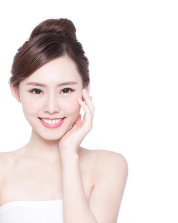Belle femme soins de la peau visage sourire à vous isolé sur fond blanc. Beauté asiatique Banque d'images