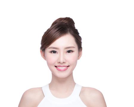 Belle femme soins de la peau visage sourire à vous isolé sur fond blanc. Beauté asiatique Banque d'images - 49041349