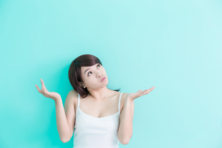pensador: mujer joven que algo aislado sobre fondo verde, belleza asiática