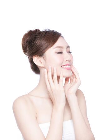 blanc: Belle femme de soins de la peau se détendre les yeux fermés isolé sur fond blanc. Beauté asiatique