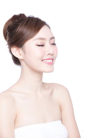 boca cerrada: Hermosa mujer cuidado de la piel relajar los ojos cerrados aislados sobre fondo blanco. Belleza asiática