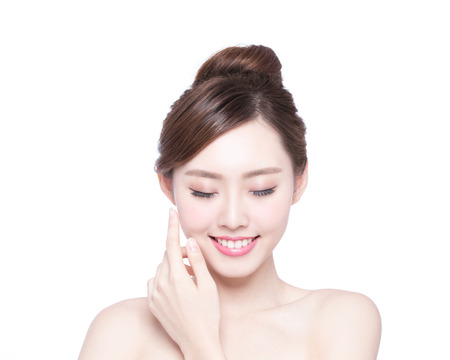 dientes sanos: Hermosa mujer cuidado de la piel relajarse y tocar su rostro de piel aislado en fondo blanco. Belleza asiática