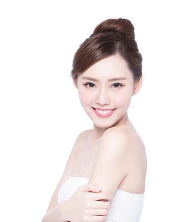 hombros: Cuidado de piel hermoso mujer cara de la sonrisa a usted aislados sobre fondo blanco. Belleza asi�tica