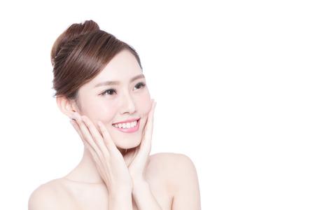 Belle femme soins de la peau visage sourire à vous isolé sur fond blanc. Beauté asiatique
