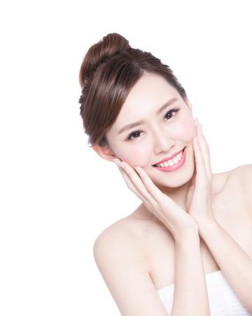 Schöne Hautpflege Frau Gesicht Lächeln an Sie isoliert auf weißem Hintergrund. Asian Beauty