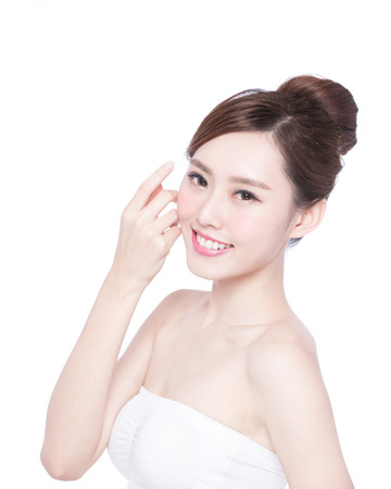 modelo: Cuidado de piel hermoso mujer cara de la sonrisa a usted aislados sobre fondo blanco. Belleza asiática