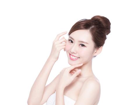 Krásná žena péče o pleť tvář úsměv na vás izolovaných na bílém pozadí. Asijské krásy