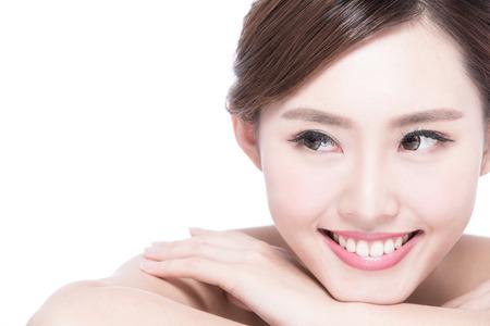 dientes sanos: Cara de la mujer encantadora sonrisa a cerrar mientras yacía sobre fondo blanco, asiatico