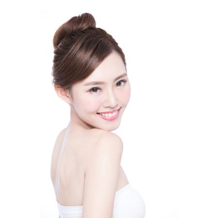 Cuidado de piel hermoso mujer cara de la sonrisa a usted aislados sobre fondo blanco. Belleza asiática Foto de archivo