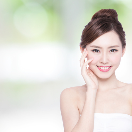 dientes sanos: Cuidado de piel hermoso mujer cara de la sonrisa a usted con la naturaleza de fondo verde. Belleza asiática