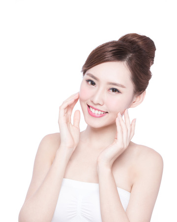 jeune fille: Belle femme soins de la peau visage sourire � vous isol� sur fond blanc. Beaut� asiatique Banque d'images