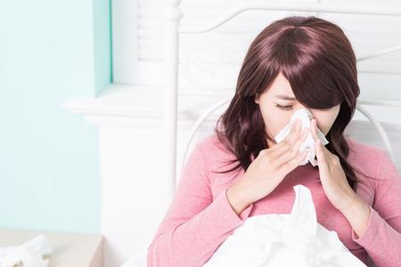 boca: Mujer enferma estornudos en el tejido. La gripe y la mujer sorprendida en fr�o.