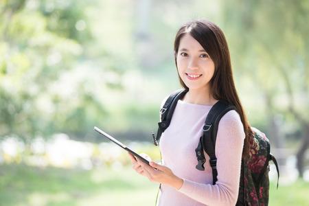 Jonge vrouw student glimlach met digitale tablet. Natuur groene achtergrond, Aziatische schoonheid Stockfoto - 51528015