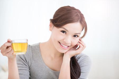 Sourire jeune femme tenant la tasse de thé vert à la maison, concept de mode de vie sain, beauté asiatique, beauté asiatique Banque d'images - 51528371