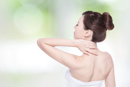 mujeres de espalda: Mujer masajear el dolor de espalda y el hombro con la naturaleza de fondo verde, asiático Foto de archivo