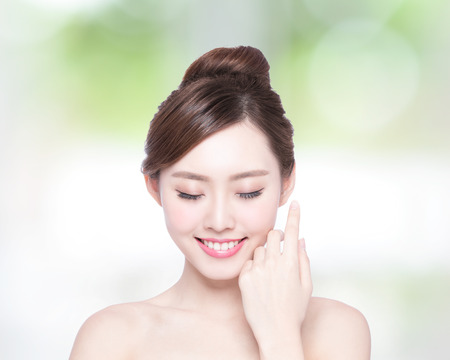 Beautiful Skin care woman enjoy and relax with green background. asian Beauty Foto de archivo