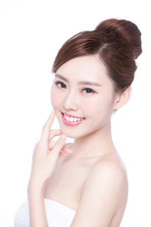 Belle femme de soins de la peau Visage sourire à vous isolé sur fond blanc. Beauté asiatique Banque d'images