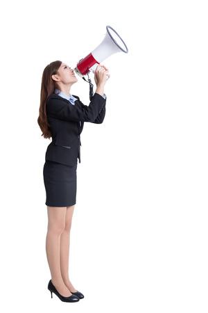 Business-Frau im Megaphon sprechen in voller Länge isoliert auf weißem Hintergrund, asiatische