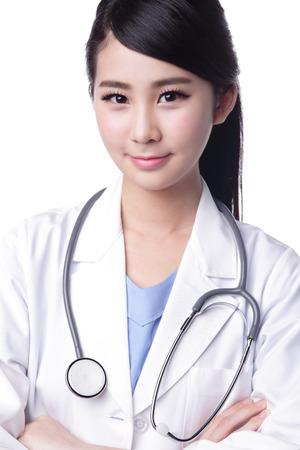 Lachende vrouw van de arts met een stethoscoop. Geïsoleerde over witte achtergrond. Aziatisch Stockfoto